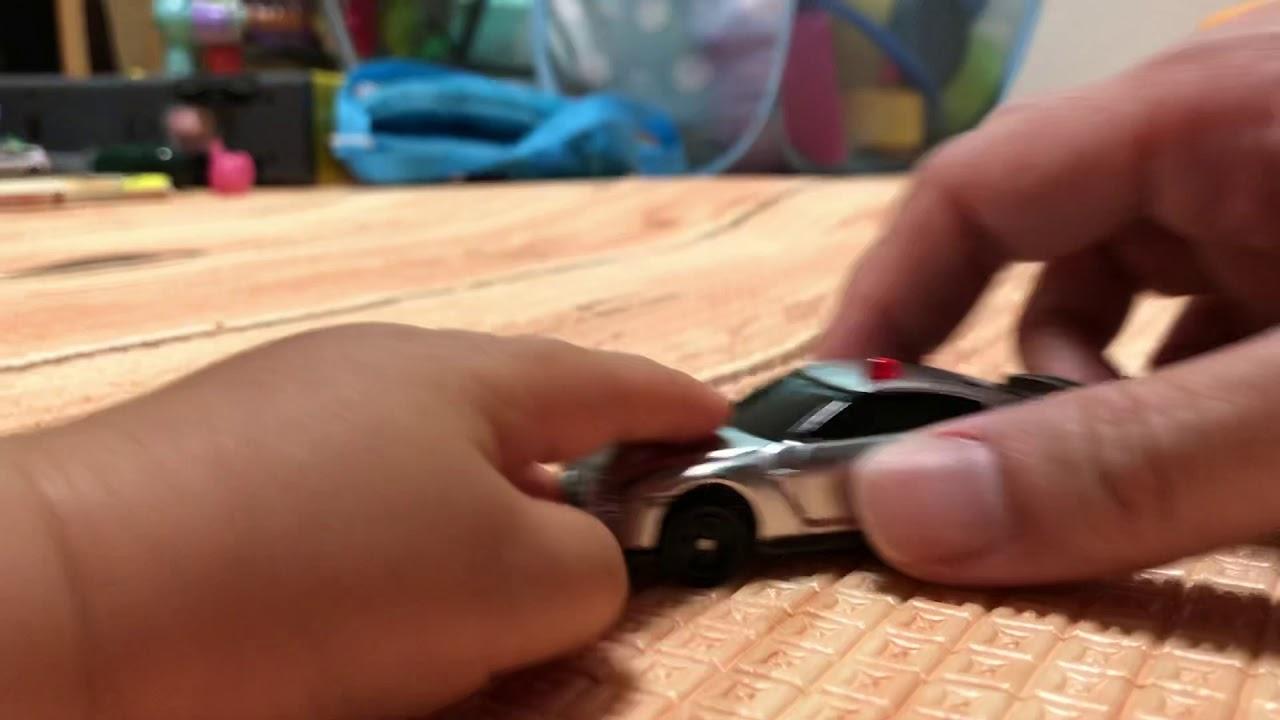 4DトミカGTR覆面パトカー、父と子の取り合い。